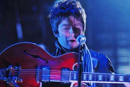 Noel Gallagher performs with Oasis (Photo: Live4ever)